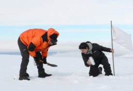 Symbolic-Expedition-to-the-Center-of-Antarctica-Esther-Kokmeijer-Antarctica-2015-2-750x422